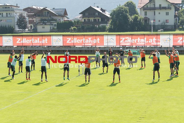 17.07.2015, Parkstadion, Zell am Ziller, AUT, TL Werder Bremen, Zell am Ziller, Zillertal 2015, <br /> <br /> im Bild<br /> <br /> 30 anstatt 100 &Uuml;bungen nach der R&uuml;ckkehr des Handis an J&ouml;rg / Joerg Heineke (Athletiktrainer Werder Bremen) <br /> <br /> Foto &copy; nordphoto / Kokenge