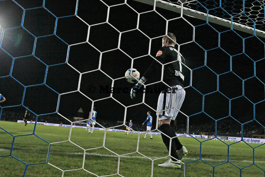 Jan Zimmermann (SV98) holt den Ball beim 1:3 frustriert aus dem Netz - SV Darmstadt 98 vs. Armina Bielefeld, Stadion am Böllenfalltor