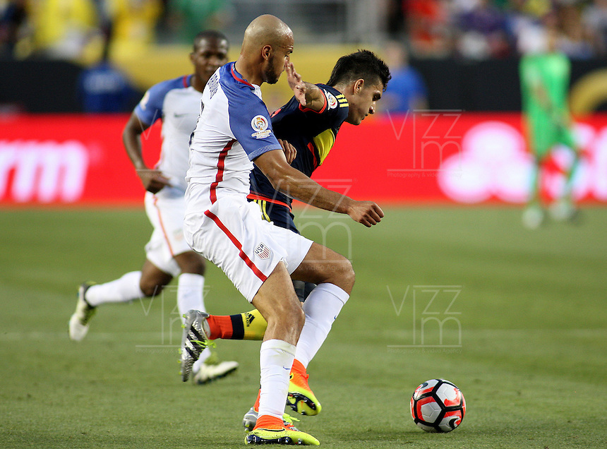 SANTA CLARA - UNITED STATES, 04-06-2016: Michael Bradley (Izq) jugador de Estados Unidos (USA) disputa el balón con Guillermo Celis (Der) jugador de Colombia (COL) durante partido del grupo A fecha 1 por la Copa América Centenario USA 2016 jugado en el Levi's Stadium en Santa Clara, California, USA. /  Michael Bradley (L) player of United States (USA) fights the ball with Guillermo Celis (R) player of Colombia (COL) during match of the group A date 1 for the Copa América Centenario USA 2016 played at Levi's Stadium in Santa Clara, California, USA. Photo: VizzorImage/ Luis Alvarez /Str
