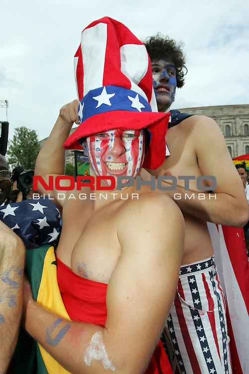 FIFA WM 2006 -  Fan Meile Nuernberg<br /> <br /> <br /> <br /> USA - Ghana<br /> <br /> <br /> <br /> USA Fan mit Ghanaflagge und USA Schminke im Gesicht.<br /> <br /> <br /> <br /> Foto: nordphoto