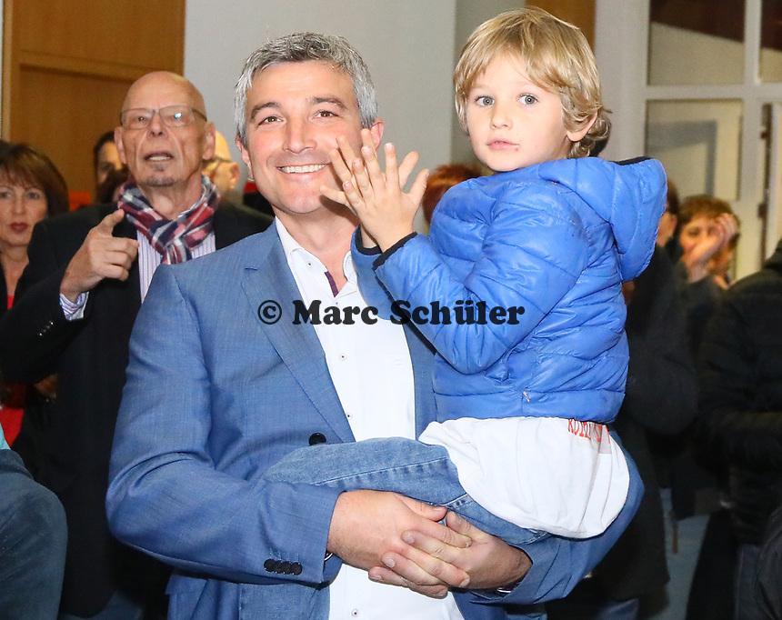 B&uuml;ttelborn 28.10.2018: B&uuml;rgermeister- und Landtagswahl<br /> SPD-B&uuml;rgermeisterkandidat Marcus Merkel verfolgt mit Sohn Nick (auf dem Arm) den Ausgang der Wahl zu seinen Gunsten. Die Anwesenden applaudieren ihm<br /> Foto: Vollformat/Marc Sch&uuml;ler, Sch&auml;fergasse 5, 65428 R'heim, Fon 0151/11654988, Bankverbindung KSKGG BLZ. 50852553 , KTO. 16003352. Alle Honorare zzgl. 7% MwSt.
