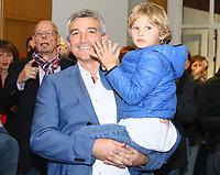 Büttelborn 28.10.2018: Bürgermeister- und Landtagswahl<br /> SPD-Bürgermeisterkandidat Marcus Merkel verfolgt mit Sohn Nick (auf dem Arm) den Ausgang der Wahl zu seinen Gunsten. Die Anwesenden applaudieren ihm<br /> Foto: Vollformat/Marc Schüler, Schäfergasse 5, 65428 R'heim, Fon 0151/11654988, Bankverbindung KSKGG BLZ. 50852553 , KTO. 16003352. Alle Honorare zzgl. 7% MwSt.