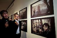 Querétaro, Qro. 13 de marzo de 2014.- Aspectos de a inauguración del Festival Internacional de Fotografía Documental y Fotoperiodismo PhotoFest Querétaro 2014 que reúne exposiciones, proyecciones y conferencias con reconocidos fotógrafos, como Narciso Contreras, fotógrafo ganador del premio Pulitzer 2013. Una de las exposiciones que se encuentra al aire libre es Women of Vision, con la curaduría de la editora de fotografía de la revista National Geographic, Elizabeth Cheng; que reúne a 11 de las más reconocidas artistas de la lente en todo el mundo. Esta muestra se estrenó en octubre pasado en el museo de National Geographic en Washington DC y Querétaro será la primera ciudad fuera de Estados Unidos que recibe la colección. En la imagen, los fotógrafos, Narciso Contreras, ganador del Pulitzer; Brian Skerry, Fotógrafo de National Geographic; Amy Toensing, Fotógrafa de National Geographic & Women Of Vision; recorren con el Gobernador José Calzada y su esposa Sandra Albarrán. <br /> <br /> Foto: Obture Press Agency.