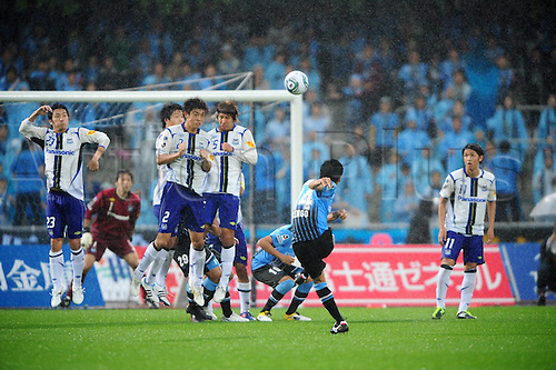 29.05.2011.  Kengo Nakamura (Frontale),  Kengo Nakamura (14) of Kawasaki Frontale scores his team's second goal from a free kick during the 2011 J.League Division 1 match between between Kawasaki Frontale 2-1 Gamba Osaka at Todoroki Stadium in Kanagawa, Japan.
