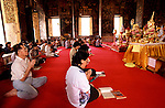 www.travel-lightart.com, ©Paul J. Trummer, action, active, activities, activity, buddhism, Motion, religion, Aktiv, Aktivit?t, Aktivit?ten, Buddhismus, Buddhist, Buddhisten, Religionen, T?tigkeiten, church service, prayer, Andacht, beten, Betende, Betender, Gebet, Gebete, Gottesdienst, Gottesdienste, Messe, Architecture, building, buildings, house of god, houses of god, temple, temples, wat, Architektur, bauten, Bauwerk, Bauwerke, Geb?ude, Gotteshaeuser, Gotteshaus, Gottesh?user, Heiligtum, Immobilien, Religionsstaetten, Religionsst?tten, Tempel, Tempelanlage, Tempelanlagen, Wats, folks, human, human being, human beings, humans, living being, people, person, persons, Lebewesen, Leute, Mensch, Menschen, Personen,, Asia, Bangkok, continent, continents, Countries, Country, Geography, Thailand, Wat Suthat