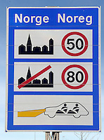 Impressionen aus Larvik - im Bild: Verkehrsschild mit den Verordnungen und Geschwindigkeitslimits in Norwegen.  Foto: Norman Rembarz<br /> <br /> Jegliche kommerzielle Nutzung ist honorar- und mehrwertsteuerpflichtig! Persönlichkeitsrechte sind zu wahren. Es wird keine Haftung übernommen bei Verletzung von Rechten Dritter. Autoren-Nennung gem. §13 UrhGes. wird verlangt. Weitergabe an Dritte nur nach  vorheriger Absprache. Online Nutzung ist separat kostenpflichtig.