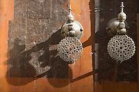 Afrique/Afrique du Nord/Maroc/Fèz: Médina de Fèz-El-Bali Heurtoir de la porte de école choranique Médersa Bou-Inania