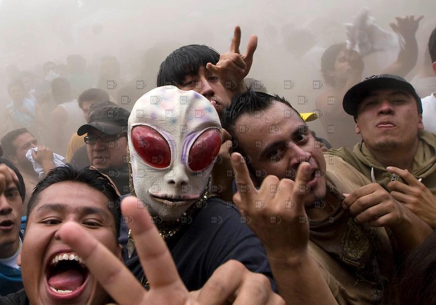 Jovenes gritan  en el Vive Latino 2010 en el Foro Sol de la Ciudad de México. El Festival es el más grande de America Latina se realiza cada año trayendo a los mejores exponente del rock actual. NOTIMEX/FOTO/ALEJANDRO MELÉNDEZ/AMO/ACE/