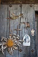 Europe/Espagne/Pays Basque/Guipuscoa/Goierri/Zerain: Ex-Voto sur les portes des Maison du village
