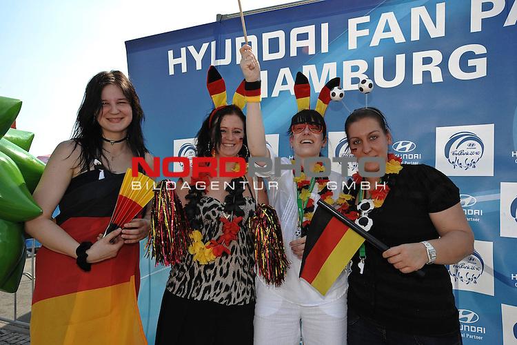 03.07.2010, Hyundai Fan Park, Hamburg, GER, FIFA Worldcup, Puplic Viewing Deutschland vs Argentinien  im Bild Fans mit Deutschland-Outfit <br /> Foto &copy;  nph /  Witke
