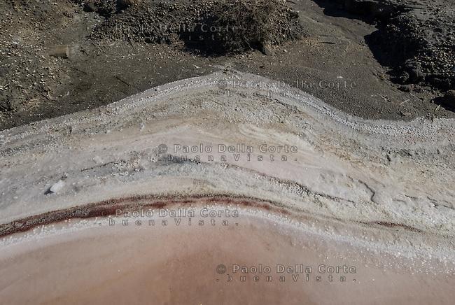 Camargue-Aigues Mortes. Lungo i bordi delle vasche si formano incrstazioni di sale