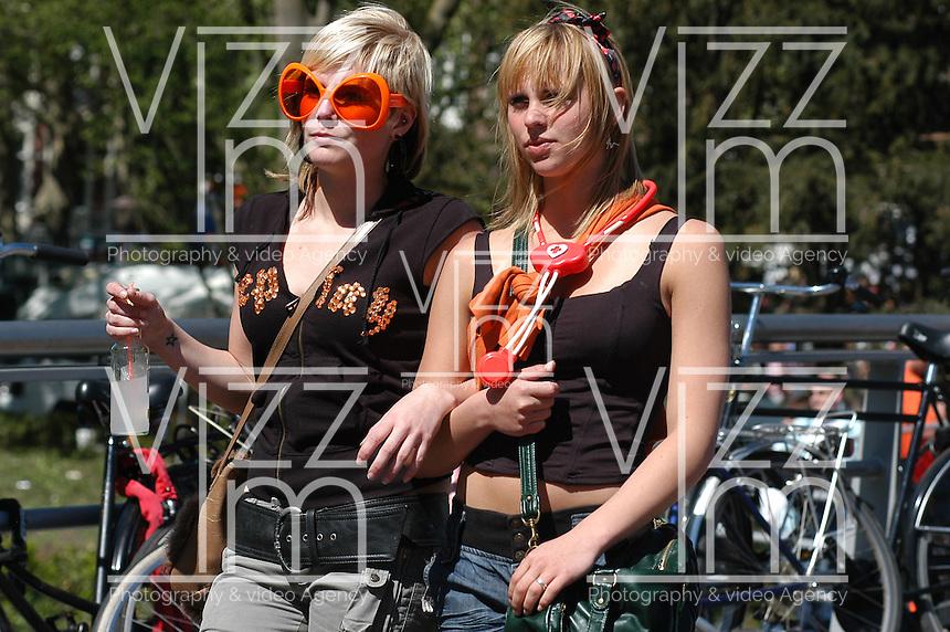 AMSTERDAM-HOLANDA-  Dos mujeres jóvenes caminan durante el día de la Reina./ Two young women walk during the Queen's day. Photo: VizzorImage/STR