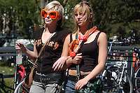 AMSTERDAM-HOLANDA-  Dos mujeres jóvenes caminan durante el día de la Reina./ Two young women walk during the Queen's day. Photo: VizzorImage/STR
