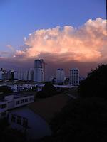SÃO PAULO - SP -  21 DE FEVEREIRO 2013. CLIMA/TEMPO, calor de quase 34C, nesta tarde de quinta-feira, a previsão é que amanhã São Paulo tenha chuvas, devido a uma frente fria que chega do sul do Brasil. FOTO: MAURICIO CAMARGO / BRAZIL PHOTO PRESS.