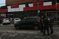 RIO DE JANEIRO, RJ, 03.11.2016 - CRIME-RJ - Uma tentativa de roubo a um veículo que transportava cigarros acabou num intenso tiroteio em frente a um shopping na Vila da Penha, na zona norte do Rio de Janeiro, por volta das 8h30 desta quinta-feira (3). O tiroteio começou após policiais militares do 41º Batalhão (Irajá), que passavam pela região, terem percebido a ação e começado uma perseguição aos criminosos. A perseguição durou até a Avenida Meriti, esquina da Rua Galvani, onde os criminosos e PMs começaram a trocar tiros em frente a uma padaria. Uma mulher, que passava pelo local, foi atingida pelos disparos e encaminhada ao hospital Getúlio Vargas, na Penha. (Foto: Celso Barbosa/Brazil Photo Press)