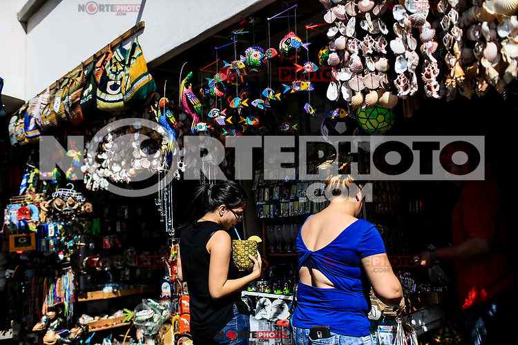 Sales of souvenirs in the tourist destination Puerto Peñasco, Sonora, Mexico. crafts, art, handicrafts, beachwear and accessories, ceramics, sunglasses, Mexican handicrafts, leather guarache, Mexican guarache, sun hat and decorative items. (Photo: Luis Gutierrez /NortePhoto.com)..<br /> Venta de Recuerdos en el destino turistico Puerto Peñasco, Sonora, Mexico. artesanias, arte, manualidades, ropa y accesorios de playa, ceramica, lentes de sol, artesanias mexicanas, guarache de piel, guarache mexicanos, sombrero para el sol y articulos de decoracion. (Photo: Luis Gutierrez /NortePhoto.com)