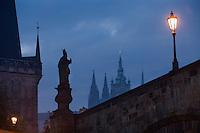 Europe/République Tchèque/Prague:Le Pont Charles vers le Petit Côté - vue de nuit [Non destiné à un usage publicitaire - Not intended for an advertising use]