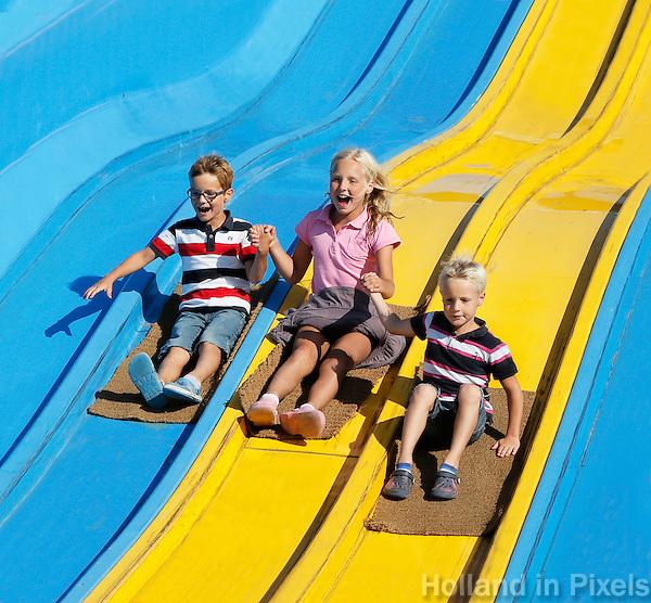 Kinderen op de glijbaan van Linnaeushof, de grootste speeltuin van Europa