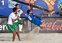 RAVENNA, ITALIA, 11 DE SETEMBRO DE 2011 - COPA DO MUNDO BEACH SOCCER - Robles (d) jogador de El Salvador, durante lance de partida contra a seleção de Portugal em jogo valido pela disputa do terceiro lugar, da Copa do Mundo de Beach Soccer, no Stadium Del Mare em Ravenna na Italia, neste domingo (11). FOTO: VANESSA CARVALHO - NEWS FREE.