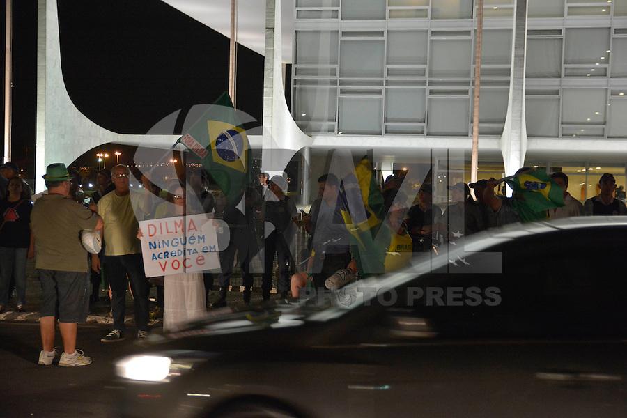 BRASÍLIA, DF, 22.03.2016 – PROTESTO-DF – Manifestantes durante protesto contra o ex-presidente Luiz Inácio Lula da Silva e do Governo da presidente Dilma Rousseff, na noite desta terça-feira, 22, em frente ao Palácio do Planalto. (Foto: Ricardo Botelho/Brazil Photo Press)