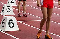 Läufer stehen in ihren Bahnen zum Start bereit. Foto: Jan Kaefer / aif