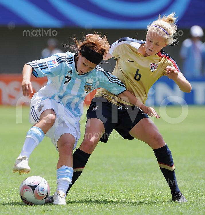 Fussball Frauen FIFA U 20  Weltmeisterschaft 2008     22.11.2008 USA - Argentinien Elli Reed  (li, USA) gegen Victoria Bedini  (ARG)