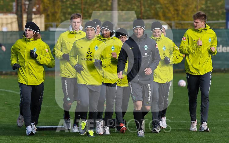 08.11.2010, Trainingsgelaende Werder Bremen, Bremen, GER, 1. FBL, Training Werder Bremen, im Bild Die Mannschaft beim Auslaufen   Foto © nph / Frisch