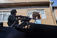 RIO DE JANEIRO, RJ, 05.04.2014 - EXERCITO NA MARÉ - Ocupação das Forças Armadas na Vila do João, no Complexo da Maré. Com o auxílio de blindados, tropas do Exército e da Marinha fizeram um cordão de isolamento em todas as áreas de acesso ao Complexo da Maré, na Zona Norte da cidade, por volta das 4h40 deste sábado, para operação de ocupação das comunidades. (Foto: Tercio Teixeira / Brazil Photo Press).