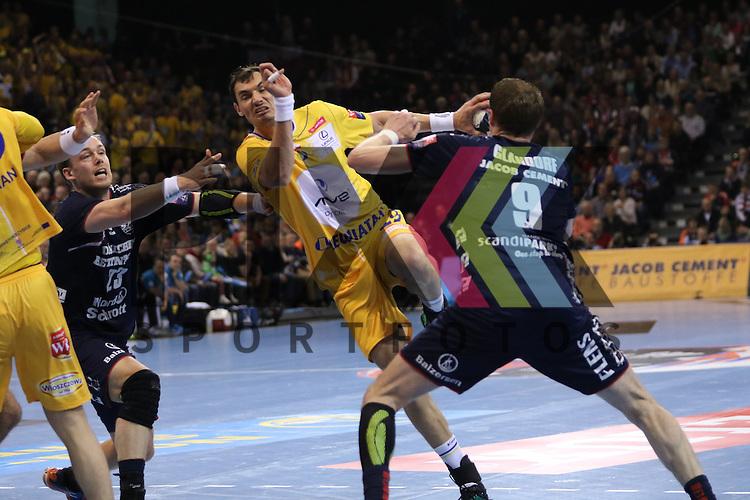 Flensburg, 23.04.16, Sport, Handball, VELUX EHF Champions League, Viertelfinale, SG Flensburg-Handewitt - KS Vive Tauron Kielce : Krzysztof Lijewski (KS Vive Tauron Kielce, #19), Holger Glandorf (SG Flensburg-Handewitt, #09)<br /> <br /> Foto &copy; PIX-Sportfotos *** Foto ist honorarpflichtig! *** Auf Anfrage in hoeherer Qualitaet/Aufloesung. Belegexemplar erbeten. Veroeffentlichung ausschliesslich fuer journalistisch-publizistische Zwecke. For editorial use only.