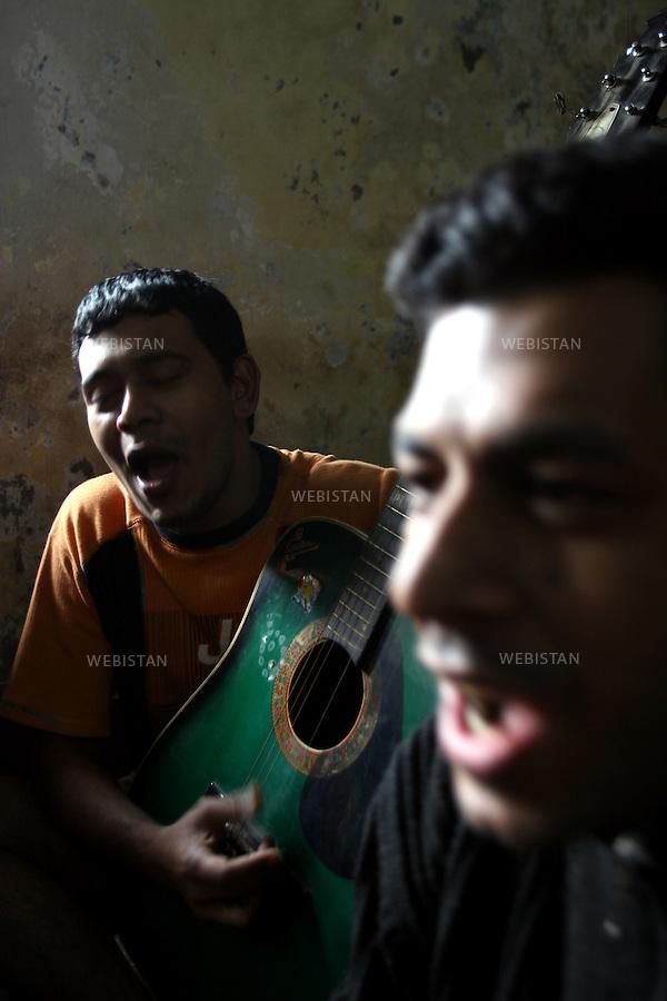 2006. Bangladesh, Dhaka. In the rehabilitation center, addicts sing as a cultural activity part of their treatment. ..2006. Bangladesh, Dhaka. Au centre de désintoxication, des toxicomanes chantent, une activité faisant partie de leur traitement. ..