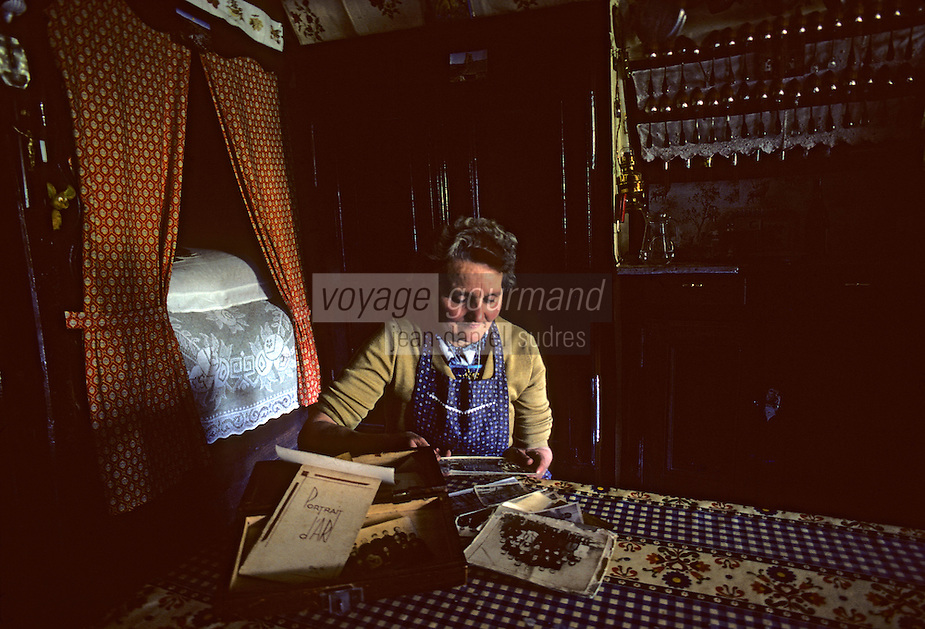 Europe/France/Auvergne/15/Cantal/Dienne : Intérieur de ferme à Fortuniez de Dienne - femme regardant ses anciennes photos [Non destiné à un usage publicitaire - Not intended for an advertising use][<br /> PHOTO D'ARCHIVES // ARCHIVAL IMAGES<br /> FRANCE 1980