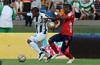 MEDELLIN - COLOMBIA -15 -03-2015: Orlando Berrio (Izq.) jugador de Atletico Nacional disputa el balón con Didier Moreno (Der.) jugador de Deportivo Independiente Medellin, durante partido entre Atletico Nacional y Deportivo Independiente Medellin por la fecha 10 la Liga Aguila I 2015, jugado en el estadio Atanasio Girardot de la ciudad de Medellin.  / Orlando Berrio (L), player of Atletico Nacional fights for the ball with Didier Moreno (R) player of Deportivo Independiente Medellin during a match for the date 10 between Atletico Nacional and Deportivo Independiente Medellin the Liga Aguila I 2015 at the Atanasio Girardot stadium in Medellin city. Photo: VizzorImage. / Leon Monsalve / Str.