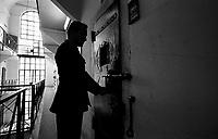 Roma 2000.Carcere di Regina Coeli  . Agente della Polizia Penitenziaria chiude una cella. Regina Coeli (Queen of Heaven) Prison..Agent of the Penitentiary Police closed a cell