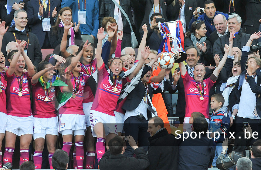 Uefa Women 's Champions League Final 2012 at Olympiastadion Munchen : Olympique Lyon -  FC Frankfurt : vreugde bij de meisjes van Lyon na de bekerontvangst hoog in de tribune.foto DAVID CATRY / JOKE VUYLSTEKE / Vrouwenteam.be