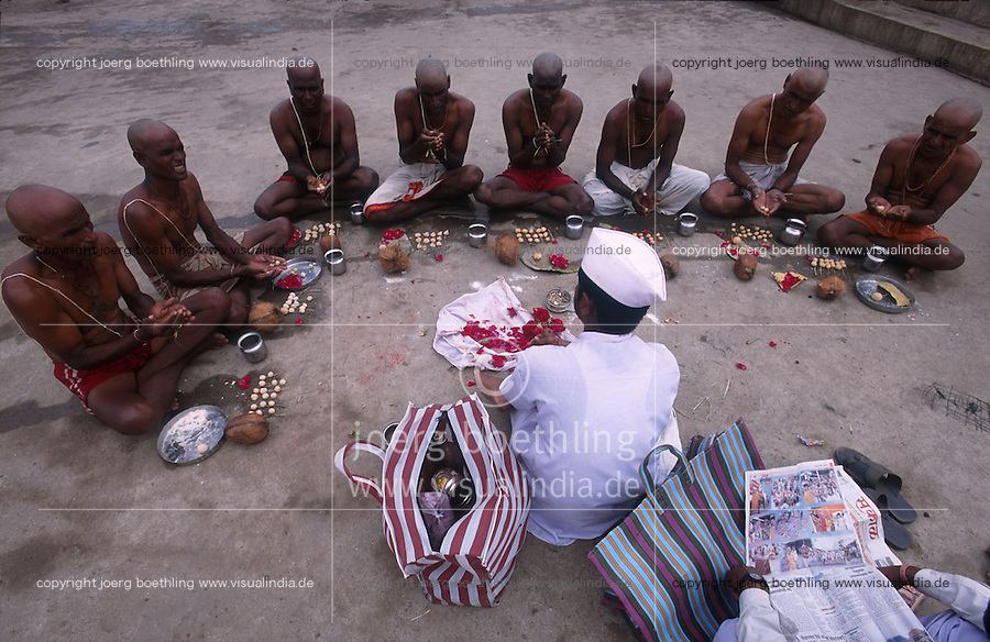 INDIA, Maharashtra, Nasik, Hindu festival Kumbha Mela, pilgrims at religious ritual / INDIEN, Nasik, Hindu Festival Kumbh Mela, Pilger bei einem religioesem Ritual