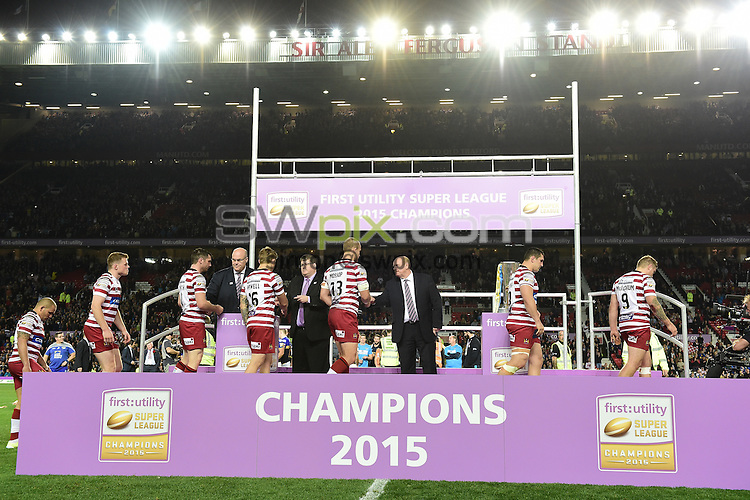 Picture by Alex Broadway/SWpix.com - 10/10/2015 - Rugby League - First Utility Super League Grand Final - Leeds Rhinos v Wigan Warriors - Old Trafford, Manchester, England - Wigan Warriors receive their runners up medals.