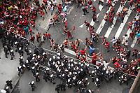 Rio de Janeiro (RJ), 24/11/2019 - Futebol-Flamengo - Confronto de torcedores do Flamengo e a Policia Militar na dispersao do desfile do time, na Candelaria, centro do Rio de Janeiro neste domingo (24). (Foto: Ellan Lustosa/Codigo 19/Codigo 19)