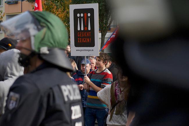 Rechte Buerger aus Berlin Hellersdorf demonstrieren am Samstag den 26. Oktober 2013 gemeinsam mit Neonazis der NPD und der Partei &quot;Die Rechte&quot; unter dem Motto: &quot;Tag der Meinungsfreiheit&quot; gegen ein Fluechtlingsheim in Berlin-Hellersdorf.<br />Gegendemonstranten blockierten die Demonstration mit einer Sitzblockade, so dass die Rechten ihren Marsch abbrechen mussten.<br />Im Anschluss meldeten die Neonazis eine weitere Demonstration an. Auch hier versuchten Gegendemonstranten den Aufmarsch mit Sitzblockaden zu verhindern, wurden jedoch von der Polizei mit Gewalt von der Strasse gebracht und eingekesselt.<br />Im Bild: Eine Sitzblockade versperrt den Rechten den Weg.<br />26.10.2013, Berlin<br />Copyright: Christian-Ditsch.de<br />[Inhaltsveraendernde Manipulation des Fotos nur nach ausdruecklicher Genehmigung des Fotografen. Vereinbarungen ueber Abtretung von Persoenlichkeitsrechten/Model Release der abgebildeten Person/Personen liegen nicht vor. NO MODEL RELEASE! Don't publish without copyright Christian Ditsch/version-foto.de, Veroeffentlichung nur mit Fotografennennung, sowie gegen Honorar, MwSt. und Beleg. Konto:, I N G - D i B a, IBAN DE58500105175400192269, BIC INGDDEFFXXX, Kontakt: post@christian-ditsch.de.<br />Urhebervermerk wird gemaess Paragraph 13 UHG verlangt.]