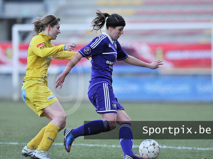 Waasland Beveren Sinaai Girls - RSC Anderlecht : Laura De Neve aan de bal voor Lien Thoen.foto DAVID CATRY / Nikonpro.be
