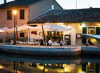 Italy, Emilia-Romagna, Cesenatico: resort at the Adriatic Sea, north of Rimini - restaurants at harbour area in the evening | Italien, Emilia-Romagna, Cesenatico: Urlaubsort an der Adria ca. 20 km von Rimini entfernt - Restaurants im Hafengebiet am Abend