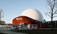 Nederland Groningen 2016. DOT. DOT is de nieuwe, multifunctionele, creatieve omgeving in Groningen, gelegen in het Ebbingekwartier. Het gebouw is gebouwd in 2012-2014. Het bestaat uit een projectiekoepel met een omvang van 23 meter, omgeven door een constructie van cortenstaal. Het gebouw werd ontworpen door Jack van der Palen van Architectengroep Archiview. Voordat Dot het gebouw betrok, was het een full dome bioscoop, genaamd Infoversum. Foto Berlinda van Dam / Hollandse Hoogte
