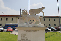 - Camp Ederle US Army base, monument to the fallen inside the base....- base US Army di caserma Ederle, monumento ai caduti all'interno della base