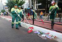 SÃO PAULO,SP, 18.06.2017 - PARADA-SP -Gari realizam limpeza durante a 21º  Parada do orgulho LGBT na avenida paulista em São Paulo neste domingo, 18. (Foto: Eduardo Martins/Brazil Photo Press)