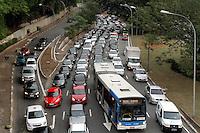 ATENCÃO EDITOR: FOTO EMBARGADA PARA VEICULO INTERNACIONAL - SÃO PAULO, SP, 16 OUTUBRO 2012 - TRANSITO EM SÃO PAULO - Transito começando a se complicar na Av 23 de maio no final da tarde na região da Liberdade zona central da capital paulista nessa terça,16. (FOTO: LEVY RIBEIRO / BRAZIL PHOTO PRESS)