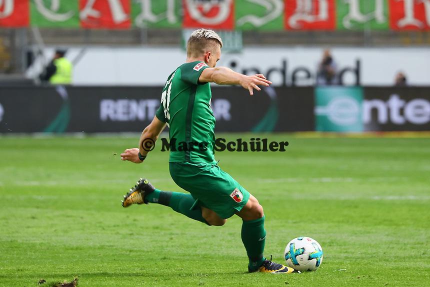 Philipp Max (FC Augsburg) beim Freistoss - 16.09.2017: Eintracht Frankfurt vs. FC Augsburg, Commerzbank Arena