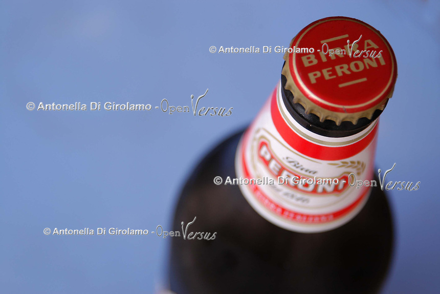 Cibi e bevande. Food and beverages..Bottiglia di birra Peroni. bottle of Peroni beer..