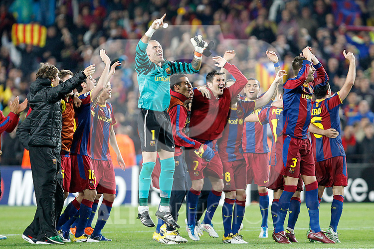 FC Barcelona's Sergio Busquets, Ibrahim Afellay, Victor Valdes, Jeffren Suarez, David Villa, Andres Iniesta, Daniel Alves, Pedro Rodriguez, Gerard Pique and Xavi Hernandez celebrate the victory in the UEFA Champions League Semifinal match.May 3,2011.(ALTERPHOTOS/Acero)