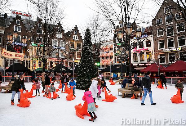 Nederland Amsterdam 2015 01 03. Kinderen leren schaatsen op de ijsbaan op het Leidseplein.