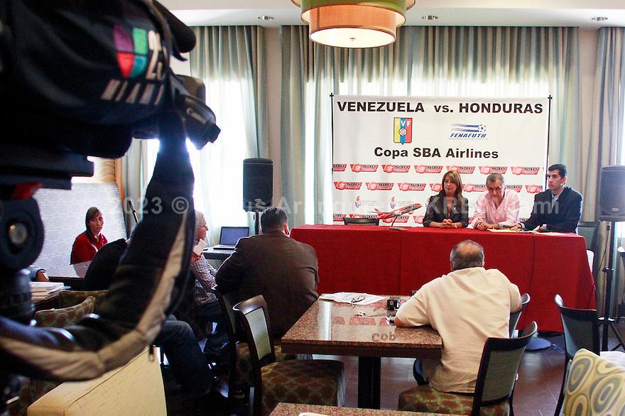 Miami, Florida Agosto 4 del 2011: El comite organizador del Juego entre la seleccion de futbol de Venezuela vs la seleccion nacional de Honduras durante la rueda de prensa.