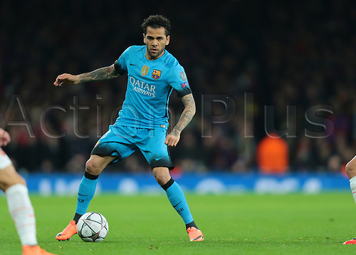 23.02.2016. Emirates Stadium, London, England. UEFA Champions League. Arsenal versus Barcelona. Barcelona Defender Daniel Alves on the ball